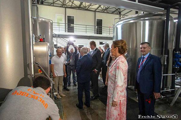 Vysvětlení principu filtrace piva ministerské delegaci