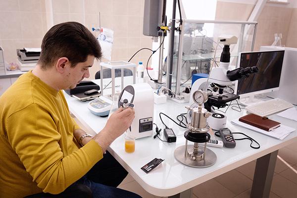 Сотрудники лаборатории пивоварни контролируют качество фильтрации— количество дрожжей в фильтрате.