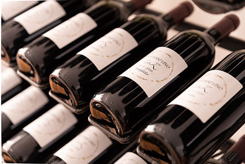 Lahve s vínem ve vinařství Konečný