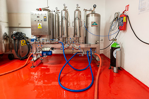 mikrofiltrace vína před bag-in-box plničem ve vinařství Vajbar