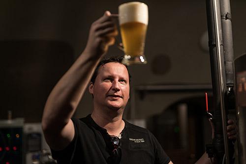 Sládek Jaroslav Košťák degustuje svoje pivo
