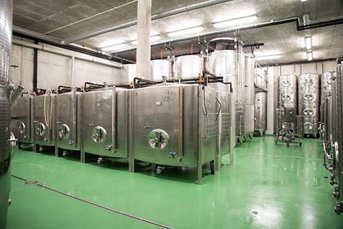 tanky na víno ve vinařství Šabata