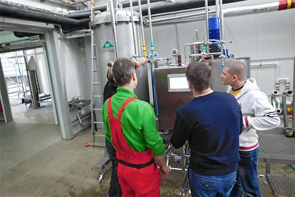 Специалист по фильтрации из компании Bílek Filtry обучает персонал обслуживанию FKS-фильтра для первичной фильтрации пива.